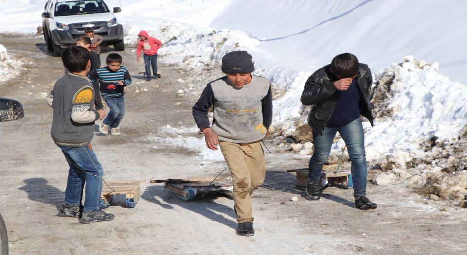 Siirtli çocukların naylon kızaklarla kar keyfi